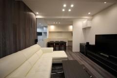 高さを活かした高級ホテルのような開放感と家族が集まる陽だまりの空間を両立した家(大阪市)